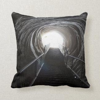 Coussin Tunnel foncé de caverne