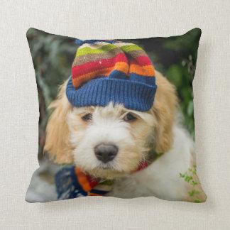 Coussin Un chiot doux de Cavachon dans un chapeau et une