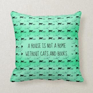 """Coussin """"Une maison n'est pas une maison sans chats et"""