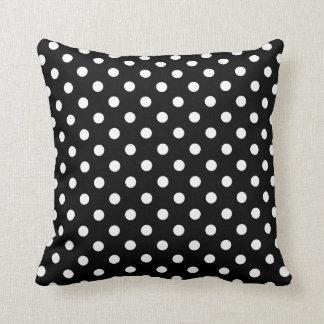 Coussins de point de polka en noir et blanc