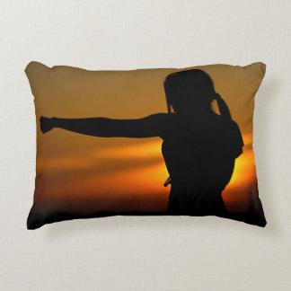 Coussins Décoratifs Fille dans le coucher du soleil de karaté