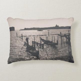 Coussins Décoratifs Paysage de Venise dans une image monochromatique
