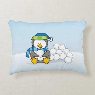 Coussins Décoratifs Petit pingouin se reposant avec des boules de