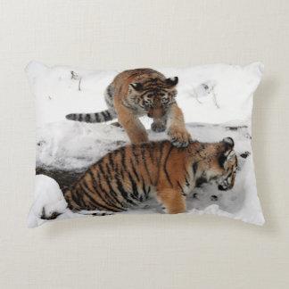 Coussins Décoratifs Tigre et CUB jouant dans la neige