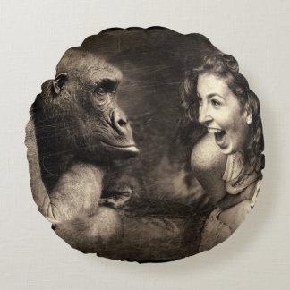 Coussins Ronds Femme faisant le gorille rire