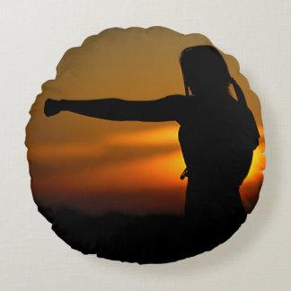 Coussins Ronds Fille dans le coucher du soleil de karaté