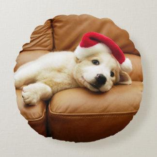 Coussins Ronds Le chiot porte un casquette de Noël et le mensonge