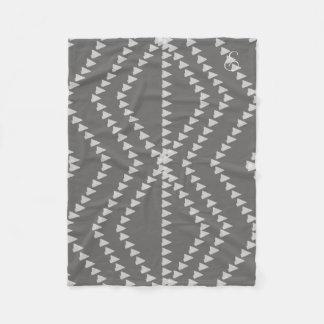 Couverture décorée d'un monogramme de motif gris