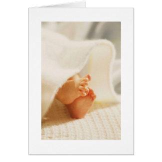 Couverture enveloppée par pieds mignons de bébé de cartes