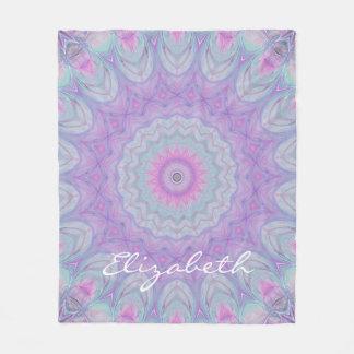 Couverture Polaire Mandala en pastel rêveur de fleur par JoMazArt