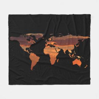 Couverture Polaire Silhouette de carte du monde - coucher du soleil