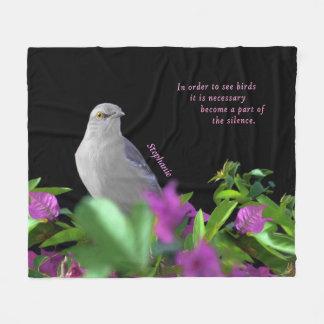 Couverture Polaire Un oiseau moqueur du nord avec le feuille pourpre