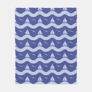 Couverture Polaire Voiliers sur un motif rayé de mer