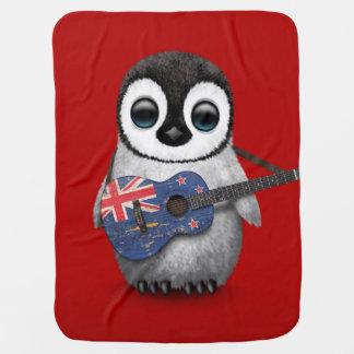 Couverture Pour Bébé Pingouin de bébé jouant le rouge de guitare de