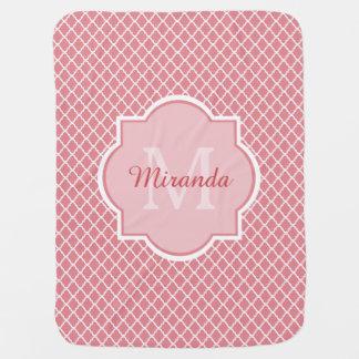 Couvertures Pour Bébé Monogramme rose chic de Quatrefoil avec le nom