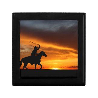 Cowboy au coucher du soleil petite boîte à bijoux carrée
