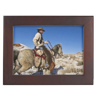 Cowboy avec des chevaux sur la gamme sur la boîte à souvenirs
