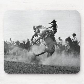 Cowboy sur cheval sauvage s'opposant tapis de souris