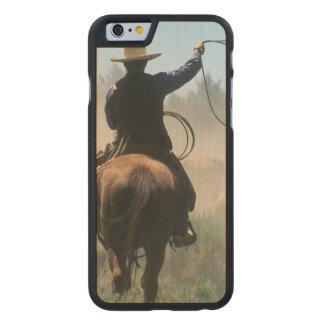 Cowboy sur le cheval avec le lasso conduisant des coque carved® slim iPhone 6 en érable