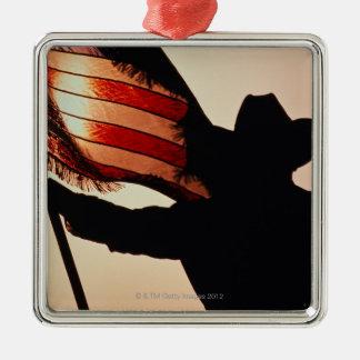 Cowboy tenant la bannière étoilée, silhouette, ornement carré argenté