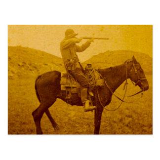 Cowboy vintage chassant à cheval carte postale