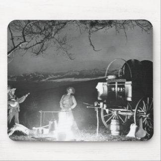 Cowboys jouant et chantant autour d'un feu de camp tapis de souris