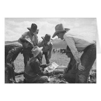 Cowboys regardant une magazine carte de vœux