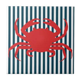 Crabe rouge sur les rayures nautiques carreau