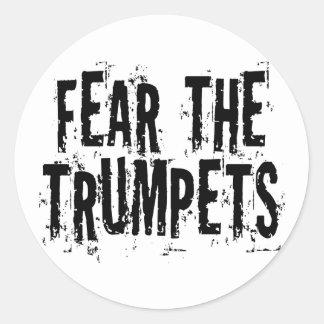 Crainte drôle le cadeau de trompettes sticker rond