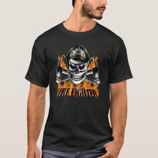 Crâne 4 de sapeur-pompier et haches flamboyantes t-shirt