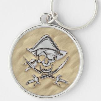 Crâne argenté de pirate sur la plage porte-clé rond argenté