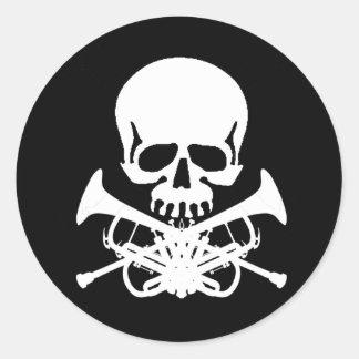 Crâne avec des trompettes comme os croisés sticker rond