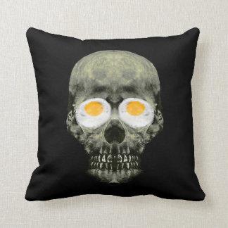 Crâne avec des yeux d'oeuf au plat oreillers