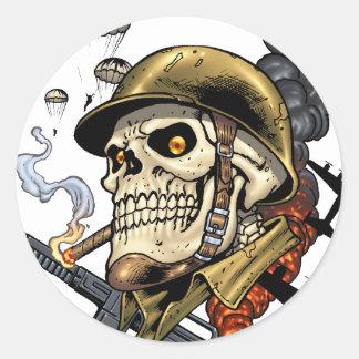 Crâne avec le casque, les avions et les bombes sticker rond