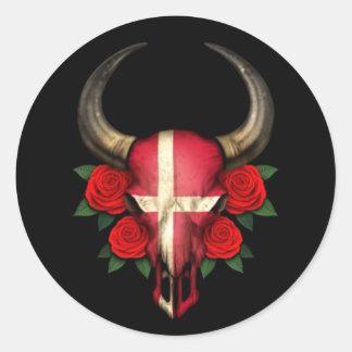 Crâne danois de Taureau de drapeau avec les roses Adhésifs Ronds