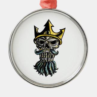 Crâne de gravure sur bois en tête de couronne de ornement rond argenté