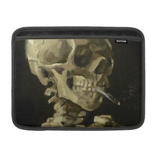 Crâne d'un squelette avec la cigarette brûlante poche macbook