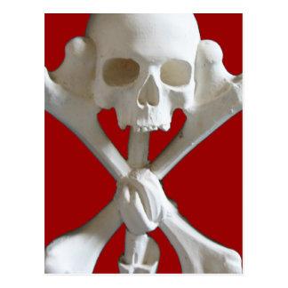 Crâne et os croisés de pirate en carte postale de