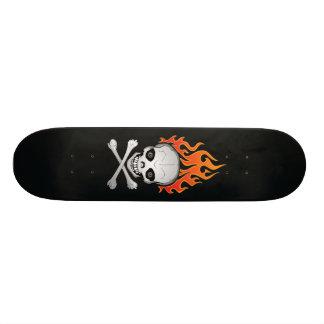 Crâne et planche à roulettes flamboyants d'os croi skateboards cutomisables
