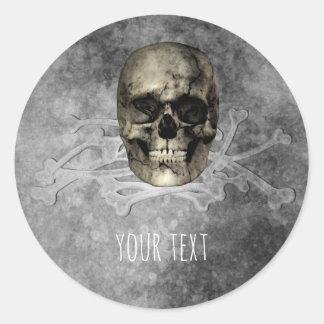 Crâne et une pile de cadeau de Halloween d'os Sticker Rond