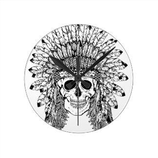 Crâne gothique de style tribal avec le graphique horloge ronde