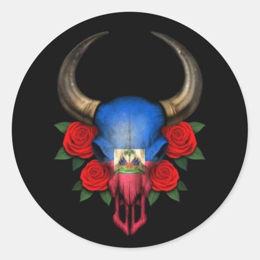 Crâne haïtien de Taureau de drapeau avec les roses Autocollant Rond