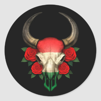 Crâne hongrois de Taureau de drapeau avec les Autocollant Rond