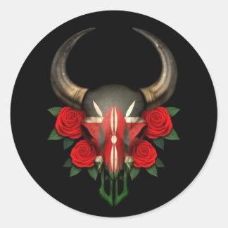 Crâne kenyan de Taureau de drapeau avec les roses Autocollants Ronds