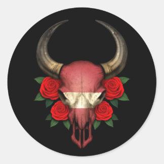 Crâne letton de Taureau de drapeau avec les roses Adhésif Rond