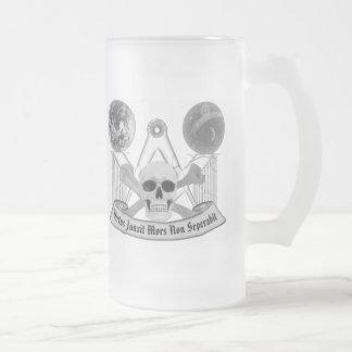 Crâne maçonnique et os croisés frosted glass beer mug