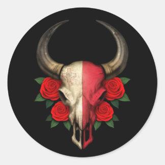 Crâne maltais de Taureau de drapeau avec les roses Sticker Rond