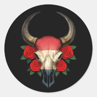Crâne néerlandais de Taureau de drapeau avec les Sticker Rond