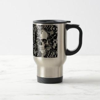 Crâne noir et blanc de rose sur le fond de mug de voyage