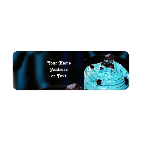 Crâne noir sur le petit gâteau bleu de glaçage étiquette d'adresse retour
